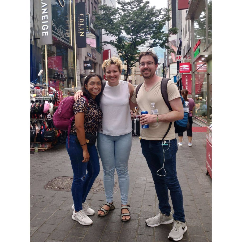 Uwielbiam przypadkowe spotkania w podróży, często przeradzają się one w dłuższe znajomości. Tu: w Seulu z Trevorem ze Stanów i Tiną z Nikaragui