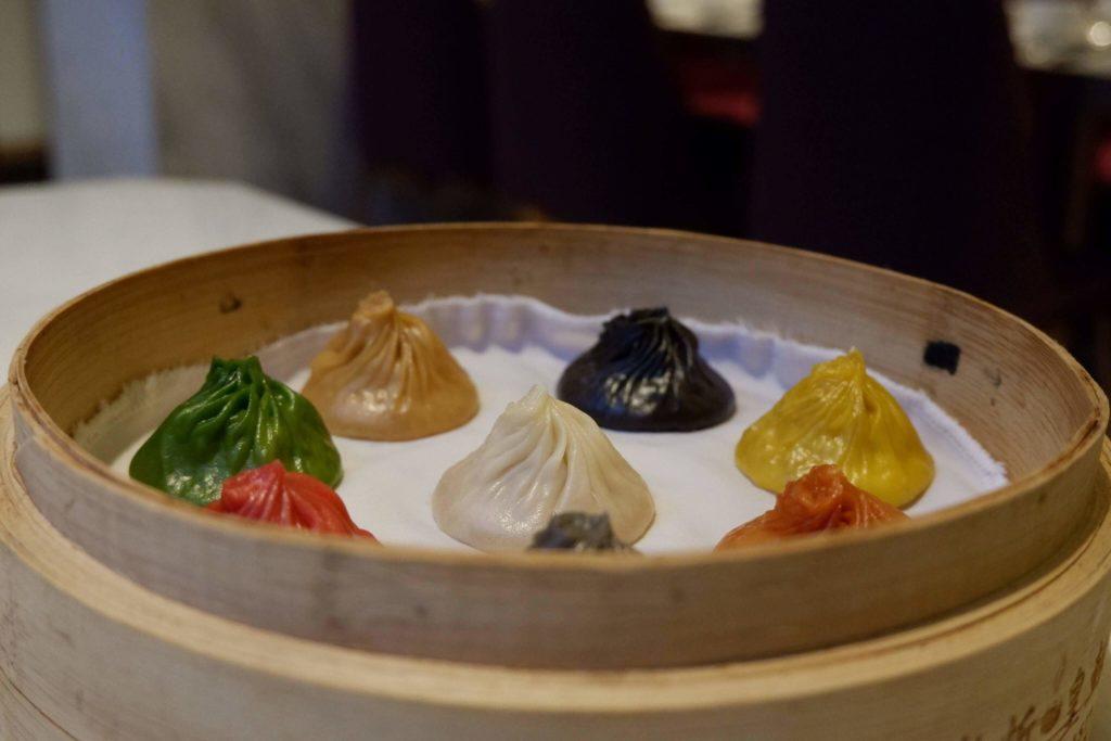 Jak Szanghaj, to xiaolongbao, czyli gotowane na parze pierożki z mięsem i bulionem, tu w wersji kolorowej
